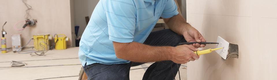 elektricien aan het werk met stopcontact